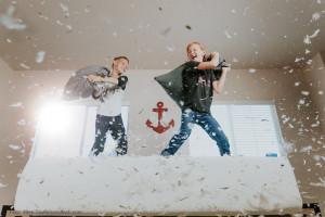 Zwei Jungen veranstalten eine Kissenschlacht. Silvester feiern im Kinderheim ist ein besonderes Erlebnis.